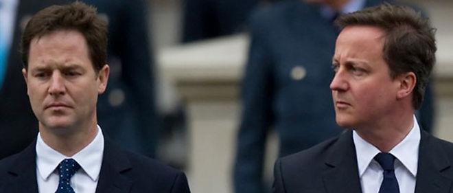 Le chef des conservateurs David Cameron (à droite sur la photo) s'est tourné vendredi vers les Lib-Dem de Nick Clegg (à gauche) pour leur proposer une alliance © AFP