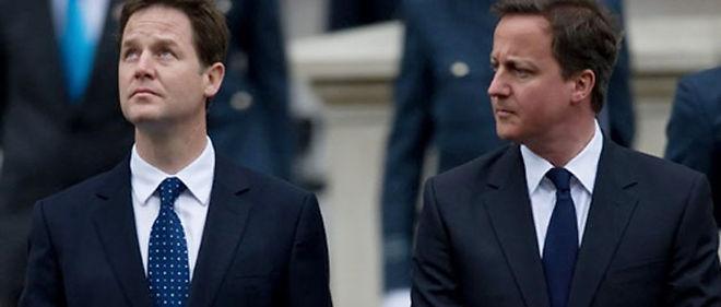 Le chef des conservateurs David Cameron (à droite sur la photo), vainqueur des élections mais sans majorité absolue, s'est tourné vendredi vers les Lib-Dems de Nick Clegg pour tenter de conclure une alliance © AFP PHOTO/Leon Neal