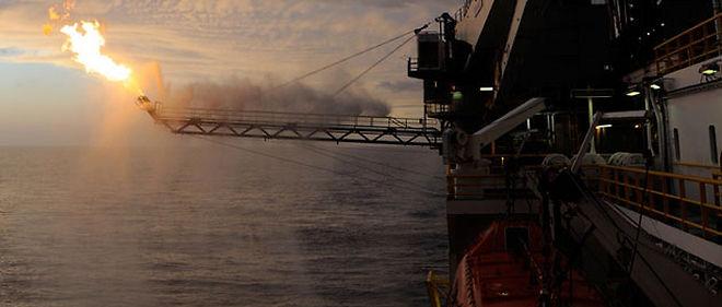 Le pétrole que BP a réussi à absorber est récupéré et stocké à bord d'un navire à la surface, à 80 km des côtes de la Louisiane © U.S. Coast Guard photo by Petty Officer 3rd Class Patrick Kelley.