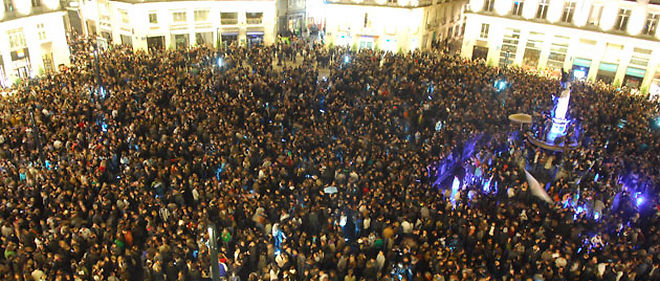 """L'""""apéro géant"""" lancé via le réseau social Facebook a rassemblé plus de 9.000 personnes à Nantes, selon la préfecture © PHOTOPQR / LE COURRIER DE L'OUEST"""