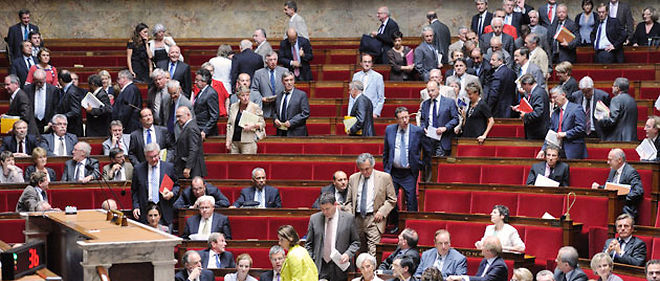 Les deputes PS ont quitte l'hemicycle de l'Assemblee nationale, mardi, apres avoir ete vivement interpeles par le ministre du Budget Francois Baroin (C) AFP PHOTO / ERIC FEFERBERG