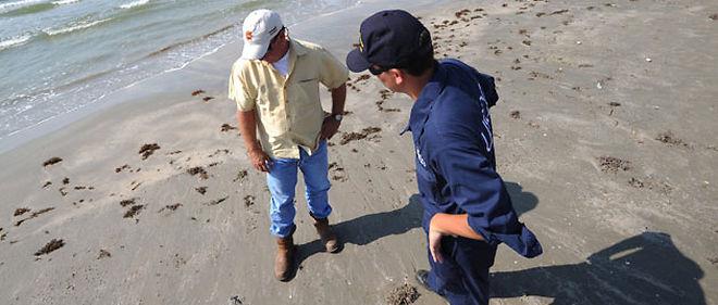 Le week-end dernier, des petites boulettes de brut ont été ramassées sur les plages de Galveston, au Texas © Petty Officer 2nd Class Prentice Danner / USA COAST GUARD HANDOU / EPA