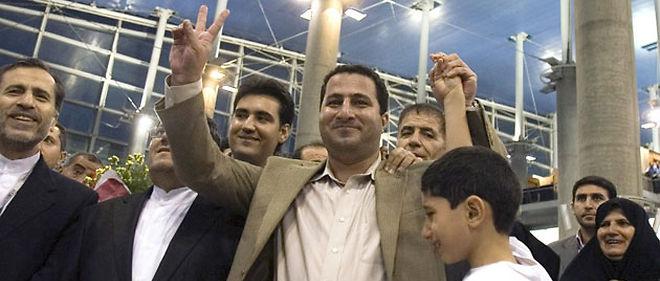 Shahram Amiri entouré de sa famille à son arrivée à l'aéroport de Téhéran © MaxPPP