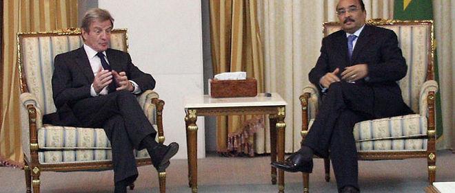 Bernard Kouchner et le président mauritanien Mohamed Ould Abdel Aziz, lundi à Nouakchott © Watt Abdel Jelil / AFP