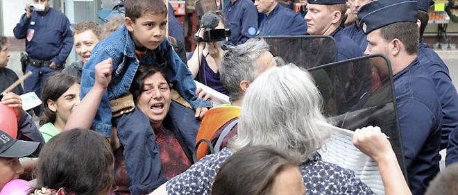 Le démantèlement des camps roms, comme ici à Montreuil le 14 août, commence à susciter de vives réactions, y compris au sein de la majorité © MIGUEL MEDINA / AFP