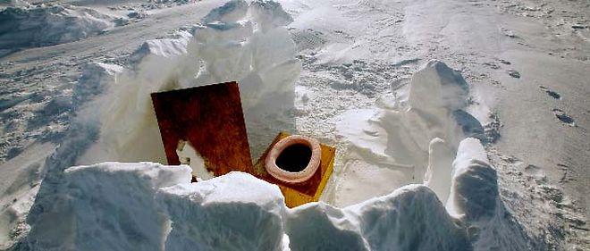 """""""Blanc comme la neige"""". Toilettes extérieures du camp suisse du Groenland,  aménagées par des chercheurs suisses, à 70 kilomètres au nord-est d'Ilulissat. © (Groenland - 2007) Bob Strong/Reuters"""