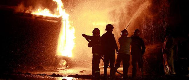 Les pompiers luttent contre les flammes après que des camions de ravitaillement de l'Otan ont été attaqués par les talibans © FAISAL MAHMOOD / X01353