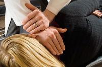 L'ostéopathe est à l'écoute de son patient. Il agit manuellement pour repérer l'origine des tensions et des blocages ©Corbis