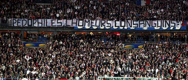 """""""Pédophiles, chômeurs, consanguins : bienvenue chez les Ch'tis"""", proclamait une banderole déployée par des supporteurs parisiens, en mars 2008, pendant une finale de la Coupe de la Ligue opposant Paris à Lens © Jean-Baptiste Quentin/Maxppp"""
