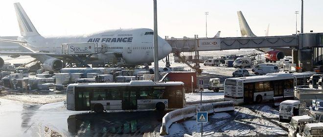 Entre 5.000 et 6.000 voyageurs devaient passer la nuit de dimanche à lundi dans l'aéroport de Roissy