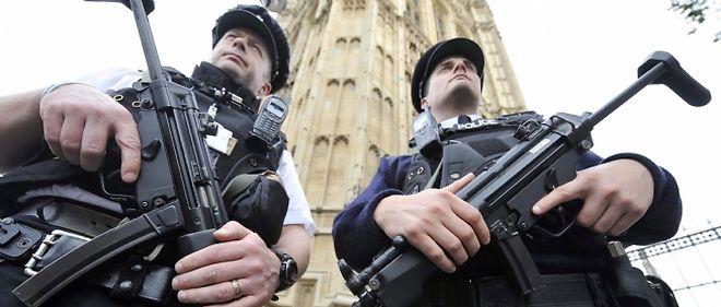 Plusieurs unités antiterroristes, dont celle de Scotland Yard, participaient à ce coup de filet coordonné par la police de Birmingham