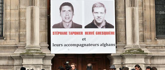 Une cérémonie de soutien aux journalistes français retenus en otage a eu lieu devant l'hôtel de ville de Paris