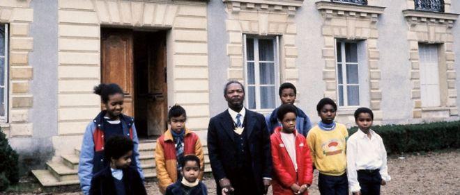 La famille de Jean-Bedel Bokassa (au centre) pose le 12 septembre 1984 devant le chateau de Hardricourt