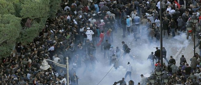 Tunis et certaines villes de province ont connu, vendredi, des manifestations de masse, où la foule a demandé le départ du président tunisien au pouvoir depuis 23 ans