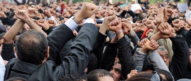 En Tunisie, la foule réclame le départ immédiat du président Ben Ali.