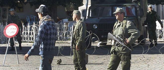 Des soldats tunisiens patrouillent dans le centre de Tunis.