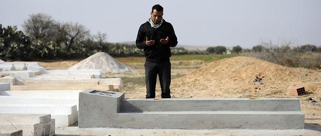 Un cousin de Walid Bouazizi,considéré comme un martyr de la révolution, se recueille sur sa tombe