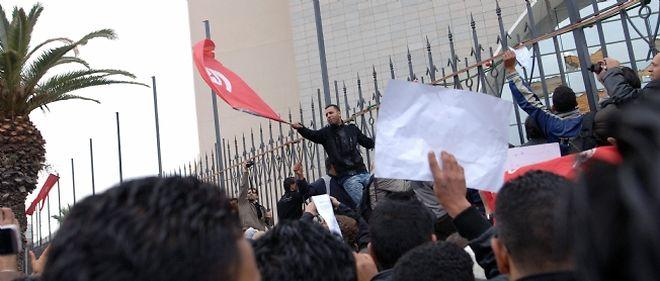 Plusieurs centaines de personnes ont manifesté vendredi à Tunis pour réclamer le départ des dirigeants ayant servi sous Ben Ali
