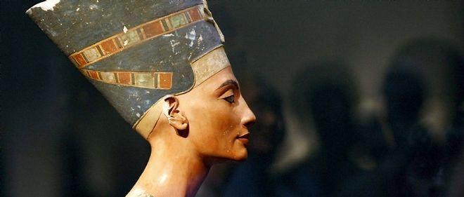 Le buste de Néfertiti, vieux d'environ 3.400 ans, fait partie de cinq pièces inestimables exposées à l'étranger dont l'Égypte réclame le retour prioritaire