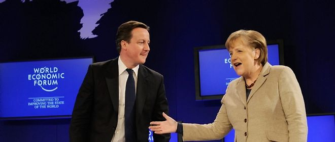 Angela Merkel (ici face au Britannique David Cameron) a plaidé pour la rigueur, la discipline et la convergence économique et budgétaire face aux difficultés rencontrées par la zone euro