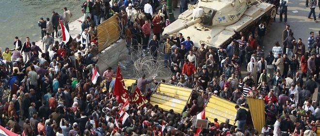 Près de la télévision d'État égyptienne, un tank fait face aux milliers de manifestants.