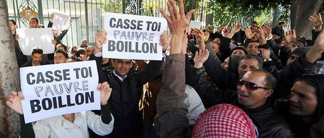 Quelque 500 personnes seraient venues manifester pour réclamer le départ de l'ambassadeur de France en Tunisie.