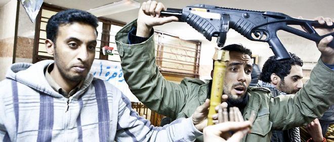 À Al-Baïda, les opposants à Kadhafi brandissent les armes utilisées contre eux par le régime en place.
