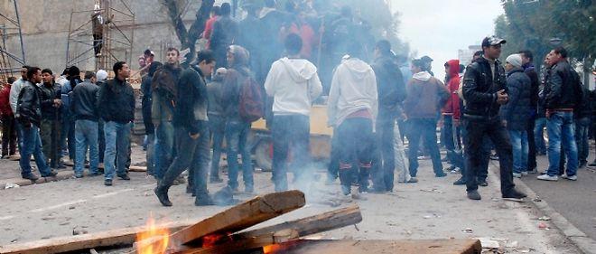 Des affrontements sont survenus dans la capitale tunisienne entre de jeunes émeutiers et les forces de sécurité.
