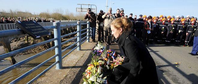 Le 21 février 2011, Nathalie Kosciusko-Morizet dépose une gerbe de fleurs devant une plaque commémorative en souvenir des 29 vies emportées par la tempête Xynthia.