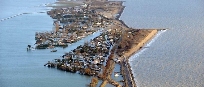 Vue aérienne des communes dévastées après le passage de la tempête Xynthia.