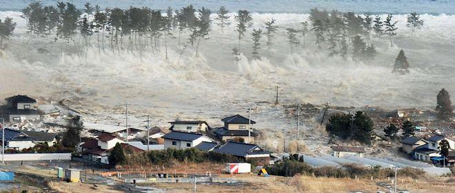 Une vague emportant tout sur son passage est remontée dans les terres.