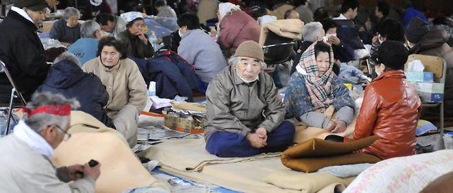 Des survivants du tsunami s'entassent dans un centre d'hébergement à Kamaishi, dans la préfecture d'Iwate.