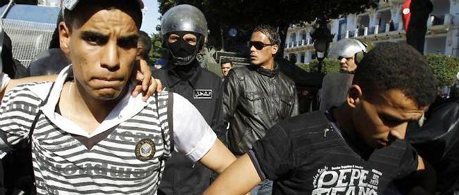 Les manifestants, poursuivis par la police, scandent des slogans hostiles au régime malgré le départ de Ben Ali.