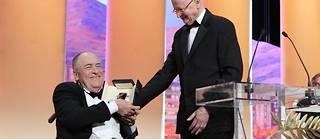 Bernardo Bertolucci a reçu sa récompense des mains de Gilles Jacob, le Président du 64ème Festival de Cannes. ©Valéry Hache