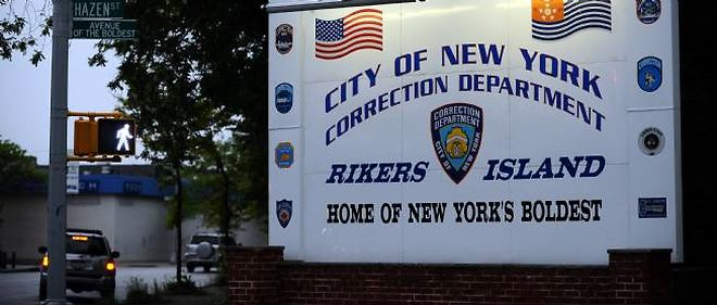 Rikers Island est un vaste complexe penitentiaire, le plus grand au monde dit-on, sur une ile pres de l'aeroport de La Guardia, non loin de New York.