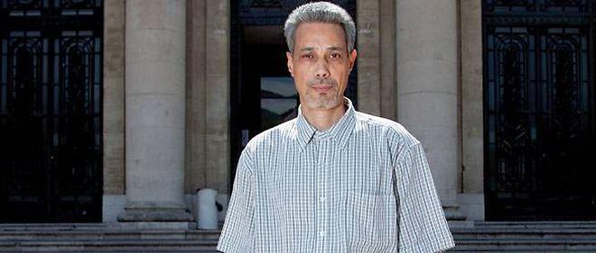 Omar Raddad, ici devant le palais de justice de Toulon, réclame une révision de sa condamnation de 1994.