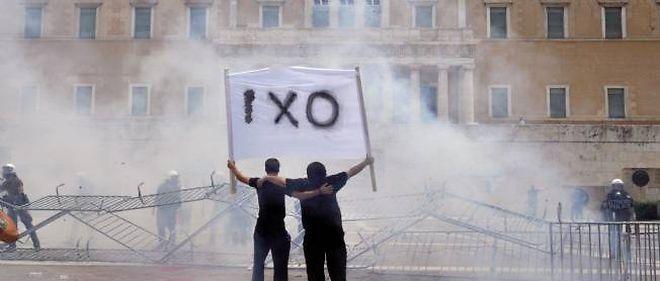 Les manifestations continuent devant le parlement grec.