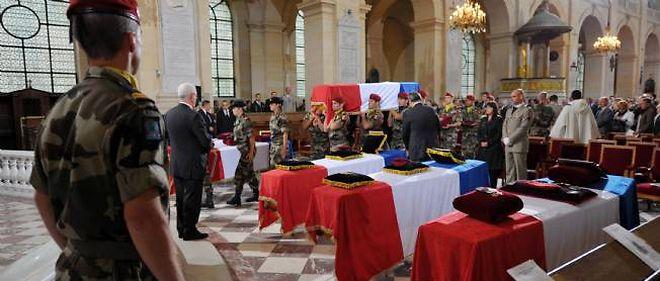 La cérémonie se déroule aux Invalides, mardi matin.