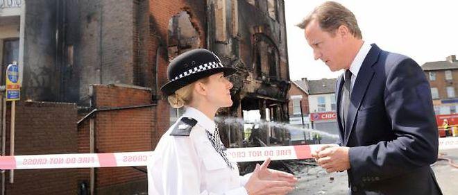 David Cameron a dû interrompre ses vacances après l'éclatement de violences en Grande-Bretagne.