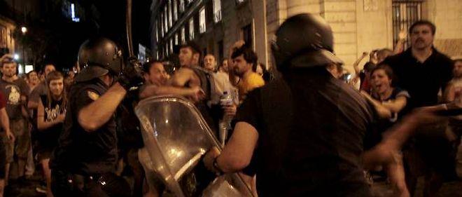 Après avoir demandé aux manifestants de se disperser, les policiers ont chargé à coups de matraque en en frappant certains dans les jambes.