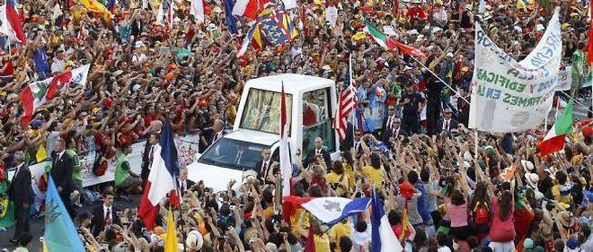 Le faste des Journées mondiales de la jeunesse continue d'être accompagné de polémiques sur leur coût et par des incidents entre manifestants anti-pape et police.