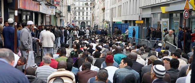 Les fidèles musulmans se rassemblent rue Myrha pour la prière.