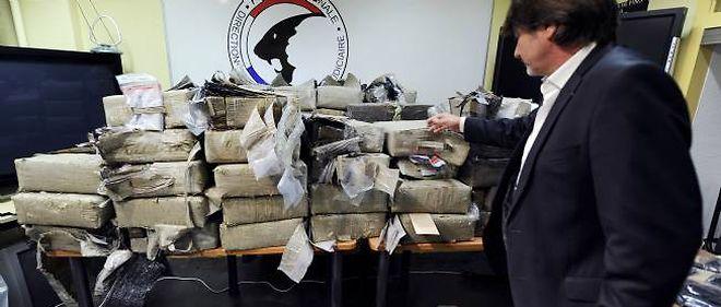 Michel Neyret montrant une partie de la saisie de près de 1,5 tonne de résine de cannabis réalisée par la police judiciaire de Lyon le 13 mai 2011.