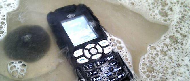 Les téléphones portables nécessiteraient bien parfois un petit bain salvateur, pour la santé de leur propriétaire.