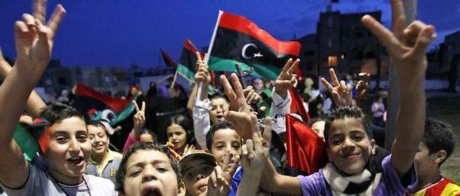 Des enfants célèbrent la fin définitive de Kadhafi à Tripoli.