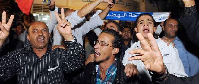 Les partisans célèbrent la victoire devant le siège d'Ennahda.