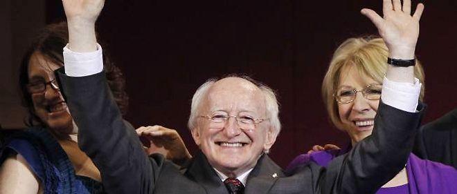 Michael D. Higgins savourant sa victoire à la présidentielle irlandaise, samedi