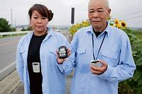 Sashiko et Masao, à Minamisoma, le 10 octobre, leur compteur geiger à la main ©Kazuma Obara