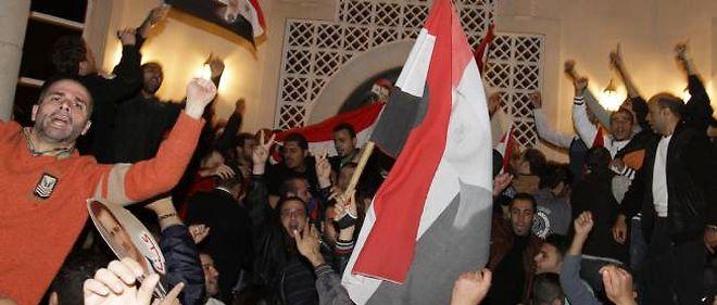 Une foule compacte s'est attaquée à l'ambassade d'Arabie saoudite à Damas, samedi soir.