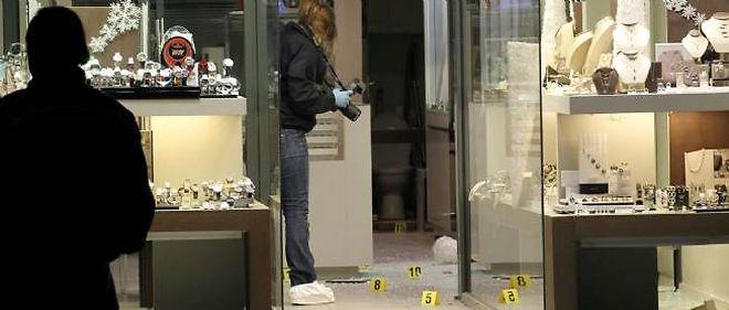Quatre personnes étaient dans la bijouterie au moment du braquage : le bijoutier et son épouse ainsi que deux clients.